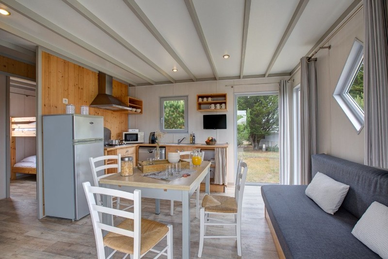 ile-de-noirmoutier-campings-sandaya-domaine-le-midi-cottage-6-pers-coin-salon-5907003