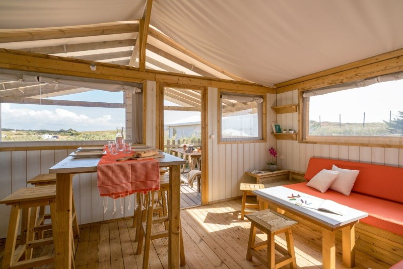 ile-de-noirmoutier-campings-sandaya-domaine-le-midi-lodge-sweet-home-4-pers-piece-de-vie-5907017