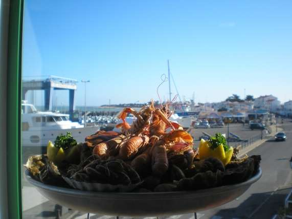 ile-de-noirmoutier-restaurants-la-grand-voile-plateau-de-fruits-de-mer-vue-sur-port-3767