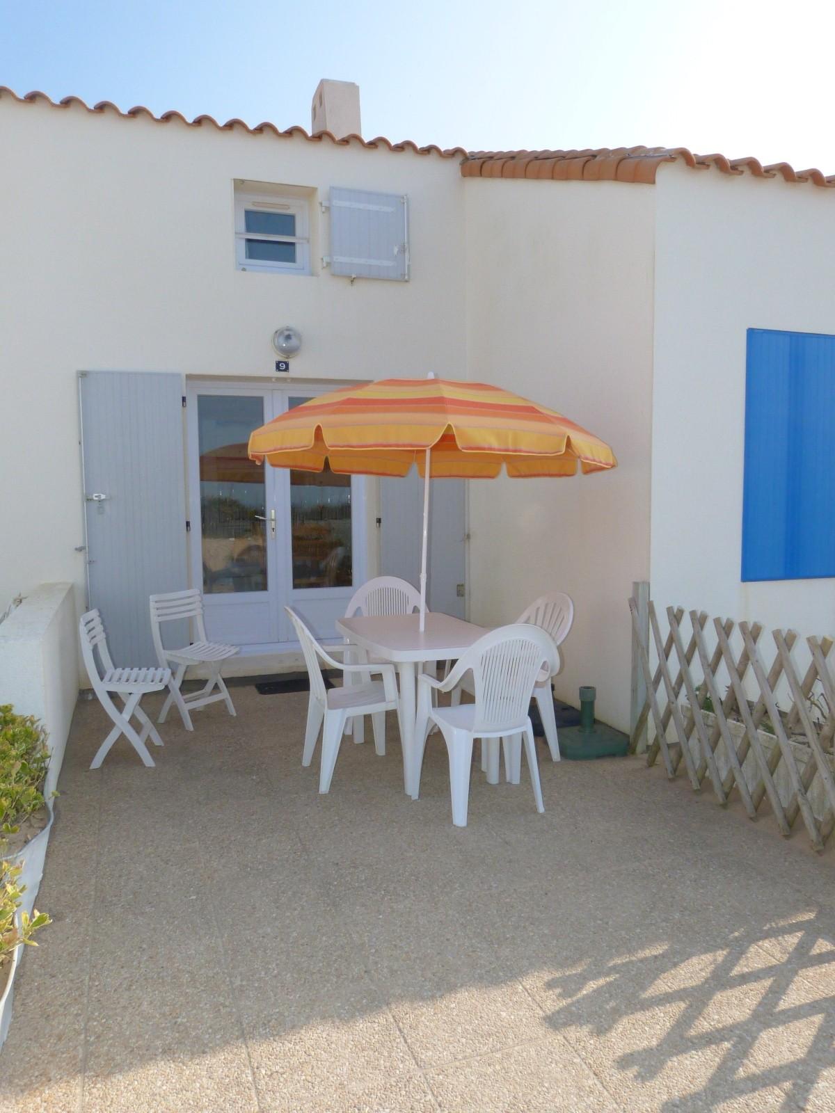 Mais l213 ile de noirmoutier maisonnette dans residence for Casetas de resina para jardin